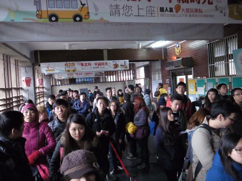 瑞芳駅では臨時切符売り場がありました。混雑。